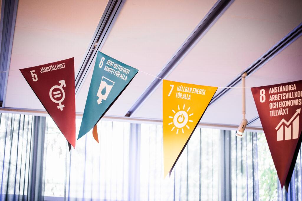 Vimplar med några av de globala målen i Agenda 2030.